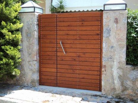 Κατασκευή ανοιγόμενης εξώπορτας εμποτισμένη ξυλεία