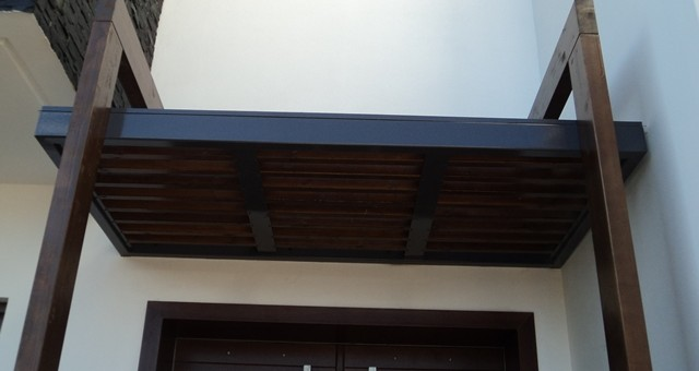 Στέγαστρο εισόδου με ξύλο και μέταλλο
