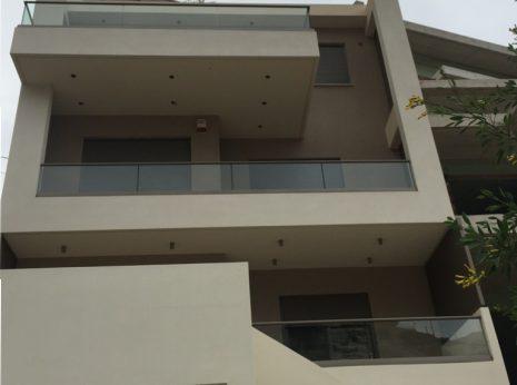 Κάγκελα αλουμινίου με τζάμι, διάφανα και απολύτως εναρμονισμένα με το κτίριο