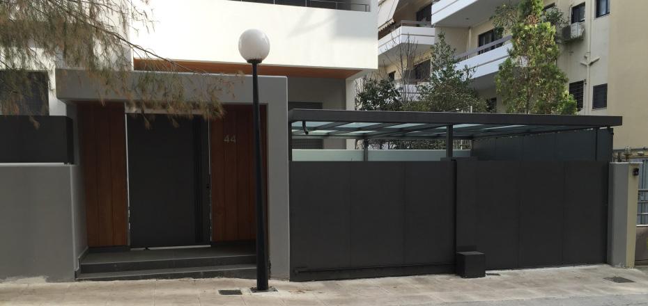 Μεταλλικές πόρτες σε περιβάλλοντα χώρο